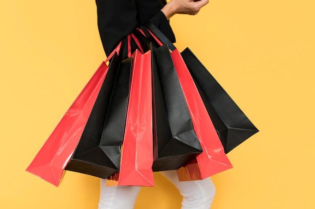 黒の金曜日の販売のための赤と黒のショッピングバッグ