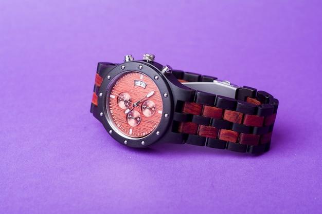 紫色の背景に赤と黒の腕時計