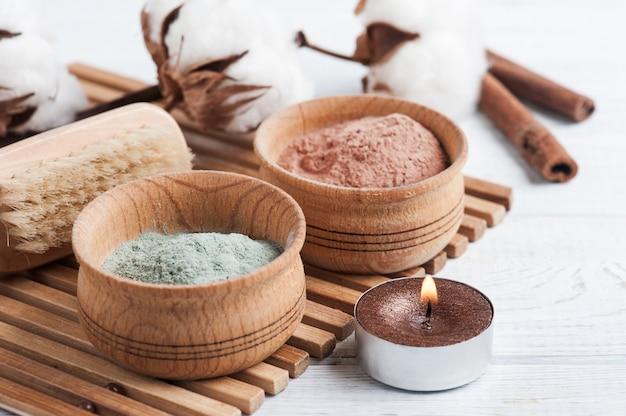 Красная и синяя косметическая марокканская глина