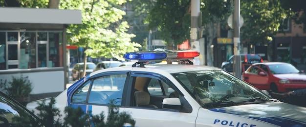 빨간색과 파란색 표시 등. 도시에있는 경찰 차