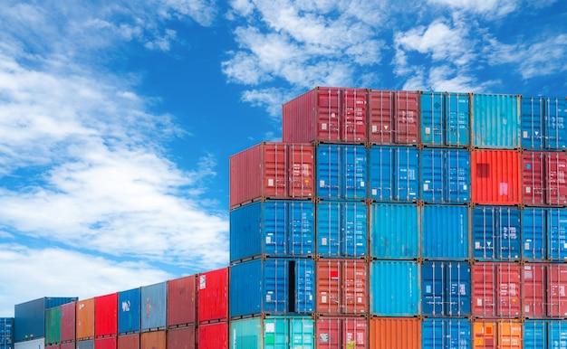 Красный и синий логистический контейнер против голубого неба. грузовой и транспортный бизнес. контейнеровоз для импортной и экспортной логистики. логистическая промышленность. контейнер для грузового транспорта и авиаперевозки.