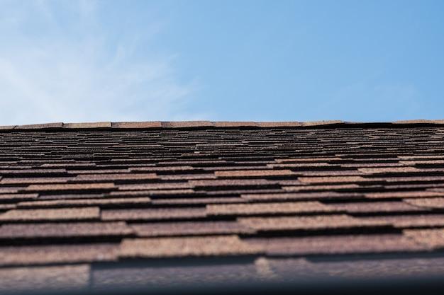 빨간색과 갈색 아스팔트 지붕 대상 포진 사진을 닫습니다