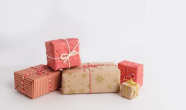 Красные и коричневые рождественские подарки на столе