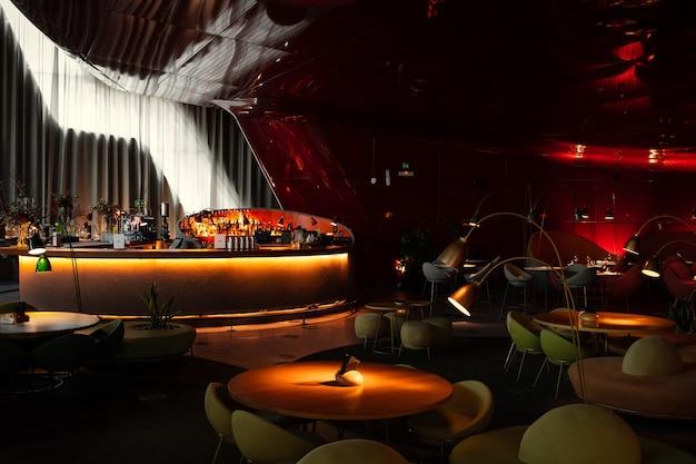 赤と茶色のレストラン