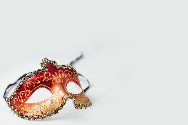 빨간색과 황금색 카니발 마스크