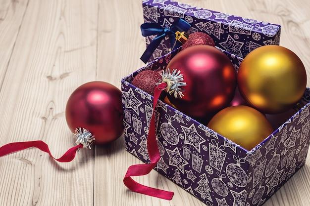 축제 상자, 나무 공간에서에서 빨간색과 황금 크리스마스 공.