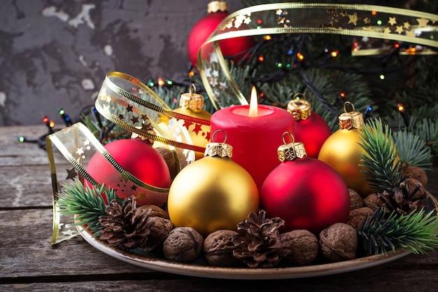 접시에 빨간색과 황금 크리스마스 공입니다. 선택적 초점