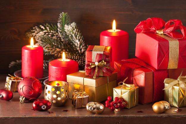 빨간색과 황금색 크리스마스 선물 상자 및 장식