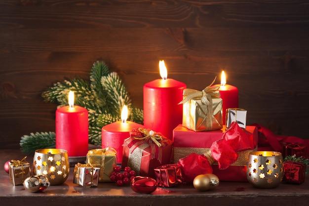빨간색과 황금색 크리스마스 선물 상자 장식 양 초