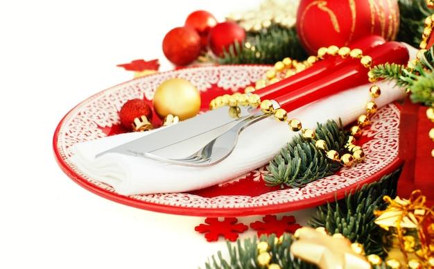 Красно-золотая праздничная сервировка, изолированная на белом