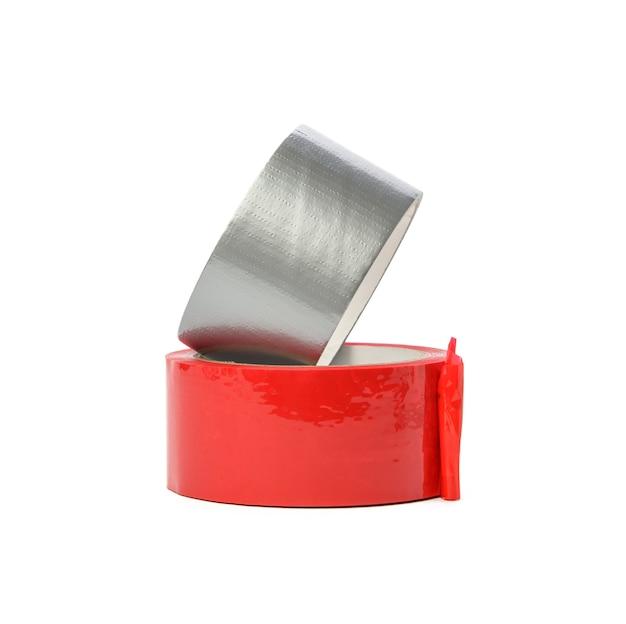 흰색 배경에 고립 된 빨간색과 회색 스카치 테이프를 닫습니다.