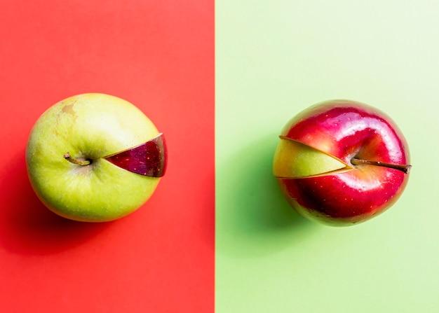 Красное и зеленое яблоко с разными кусочками