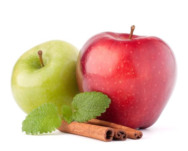 빨강 및 녹색 사과, 계피 스틱 및 민트 잎 흰색 컷 아웃에 고립 된 정물화