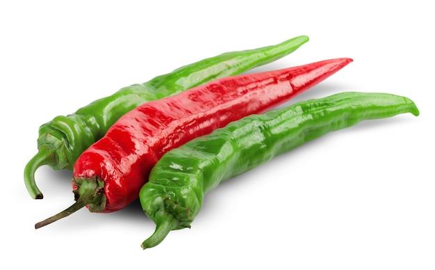 白で分離された赤と緑の唐辛子