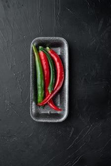 빨강 및 녹색 칠리 페퍼 세트, 플라스틱 트레이, 검정
