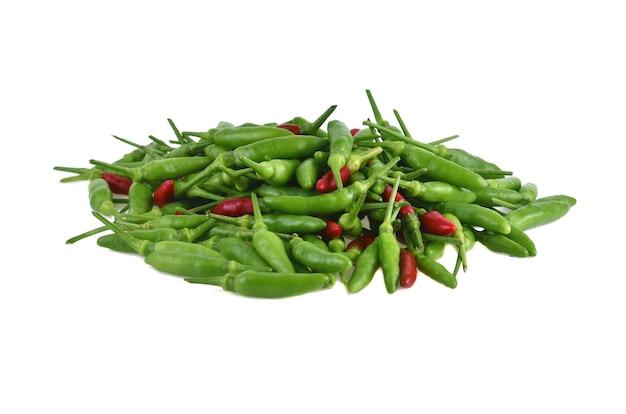 Красный и зеленый перец чили, изолированные на белом фоне