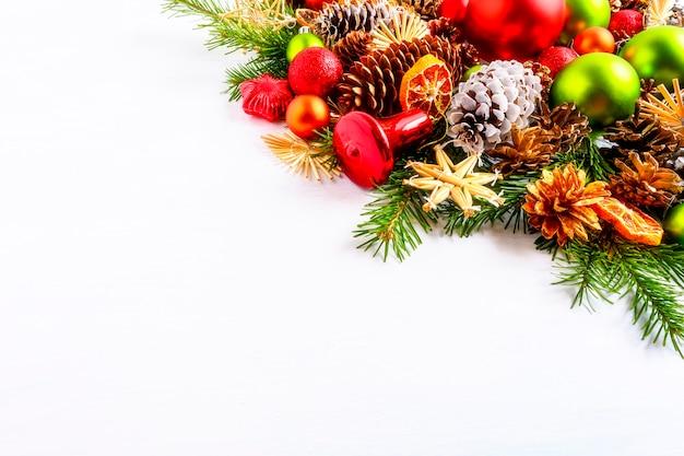 빨간색과 녹색 크리스마스 장식품, 전나무 가지와 콘