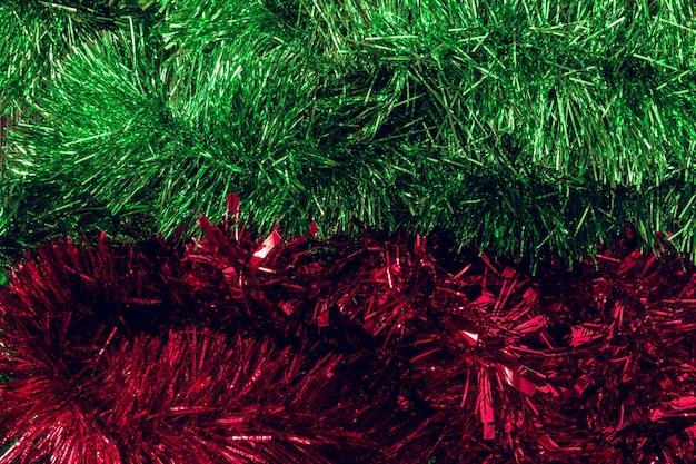 赤と緑のクリスマスティンセル。スペースをコピーします。セレクティブフォーカス。