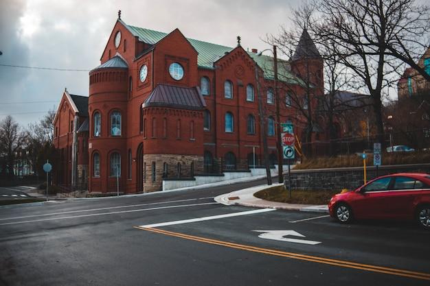 赤と緑のコンクリートの建物