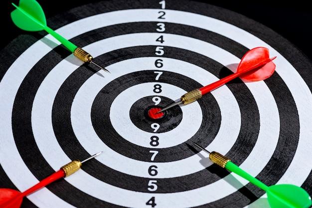 ターゲットセンターを打つ赤と緑の矢
