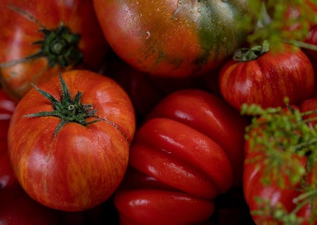 Красные и зеленые вкусные свежие помидоры, крупный план.