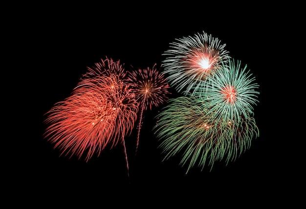 빨간색과 녹색 폭발 불꽃 놀이, 검은 배경에 고립