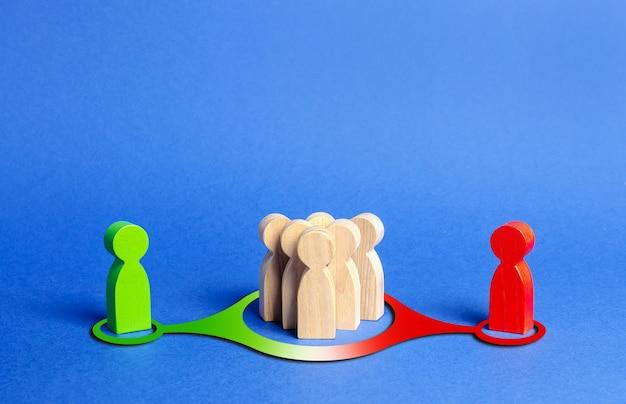 사람들의 빨강 및 녹색 인물이 군중에 영향을 미칩니다. 관점을 전달하는 여론에 대한 압력 영향