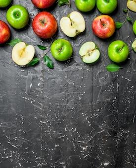 빨강 및 녹색 신선한 사과. 어두운 소박한에.