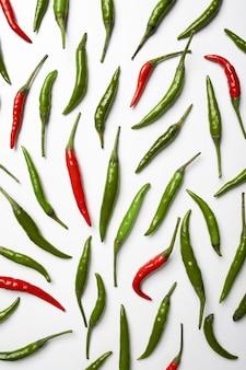 흰색 바탕에 빨간색과 초록색 핫 칠리 페 퍼