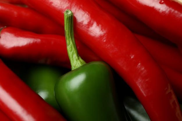 Красный и зеленый острый перец на всем фоне, крупным планом