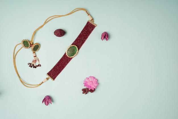 赤と緑の小さなダイヤモンドネックレス