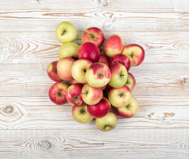ジュースの生産の準備ができている赤と緑の柔らかいリンゴ