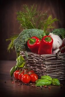 木の上の赤と緑の野菜