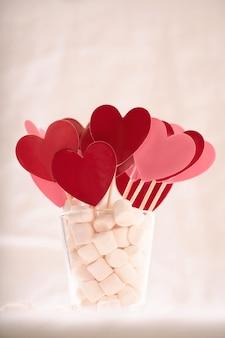 마시멜로에 빨간색과 분홍색 하트. 세인트 발렌타인 개념. 확대