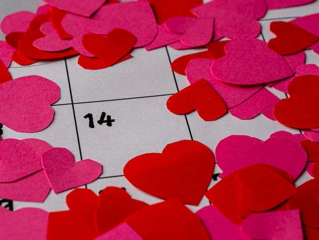 バレンタインデーと白いカレンダーの赤とピンクのハート