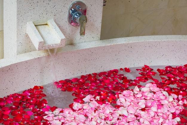 お風呂で水に赤とピンクのバラ