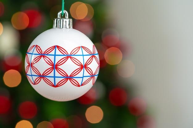 크리스마스 트리에 매달려 있는 빨간색과 흰색 값싼 물건