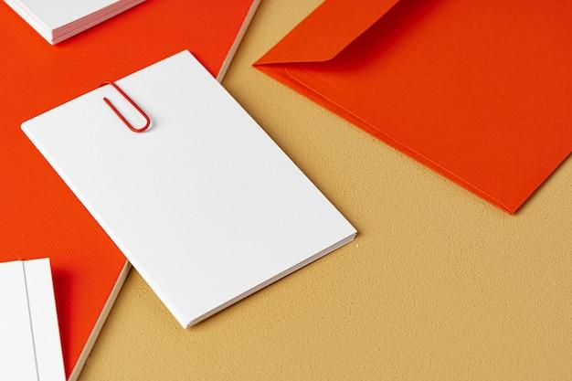 베이지 색 바탕에 빨간색과 흰색 빈 브랜딩 종이