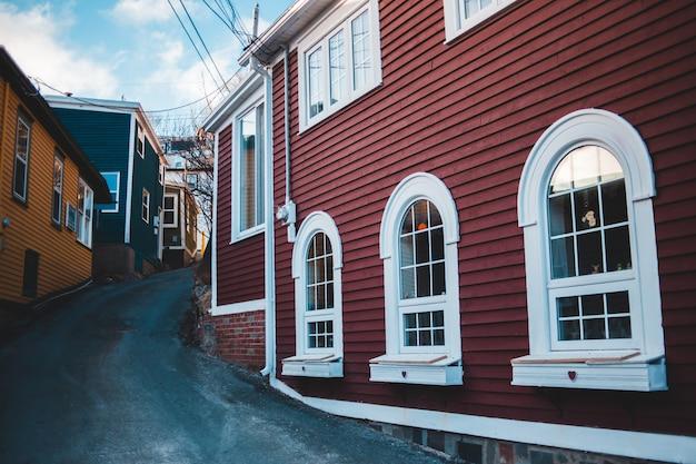 赤と白の建物