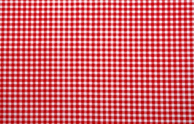 빨간색과 흰색 체크 무늬 식탁보. 상위 뷰 테이블 천으로 질감 배경입니다. 레드 깅엄 패턴 패브릭. 피크닉 담요 텍스처.