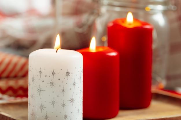 빨간색과 흰색 크리스마스 양초 실내 장식