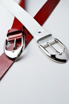 白地にクロムプラークと赤と白の女性ベルト。