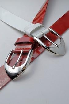クロームプラークの赤と白の女性ベルト。