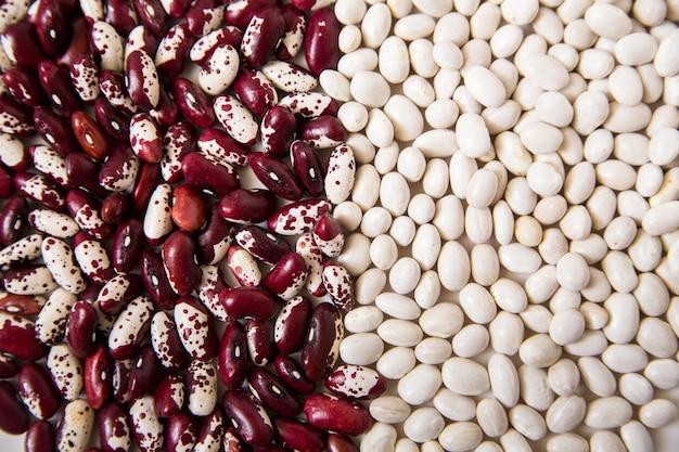 赤と白のインゲン豆。クローズアップ上面図