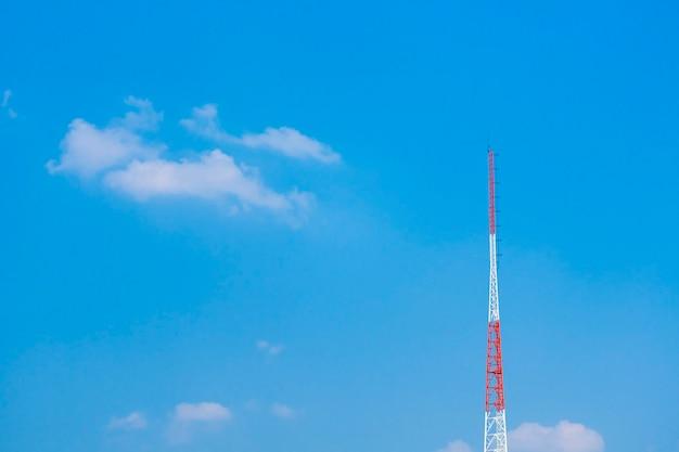 빨간색과 흰색 큰 타워와 하늘과 구름 배경