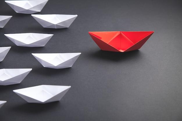 빨간색과 흰색 종이 보트. 리더십 개념