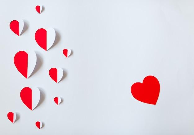 Красные и белые бумажные сердца