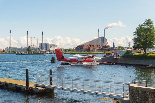 産業景観の背景、コペンハーゲン、デンマークの桟橋に赤と白の水上飛行機