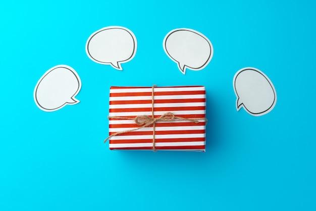 파란색에 빨간색과 흰색 줄무늬 선물 상자