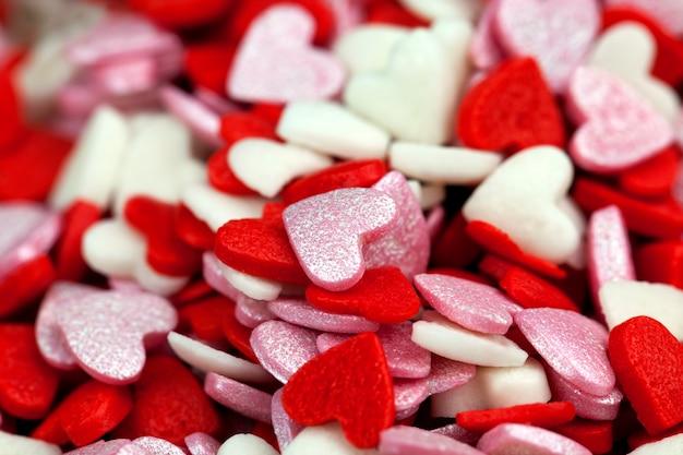 Красные и белые сладкие конфеты в форме сердечка для украшения десертов и тортов